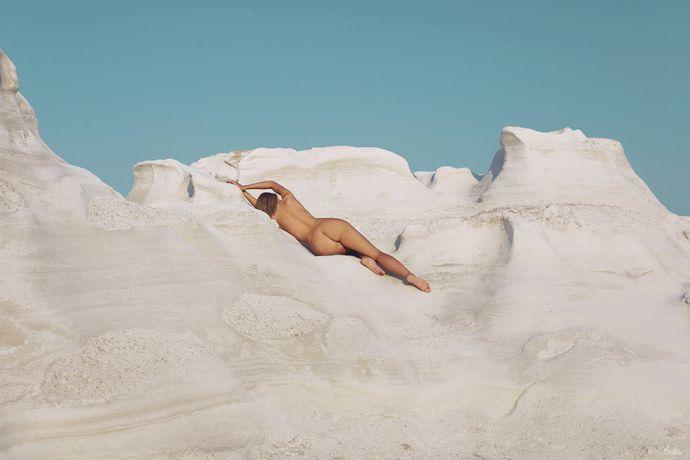 Голая Наоми Кристи голышом взобралась на скалу на пляже острова Милос