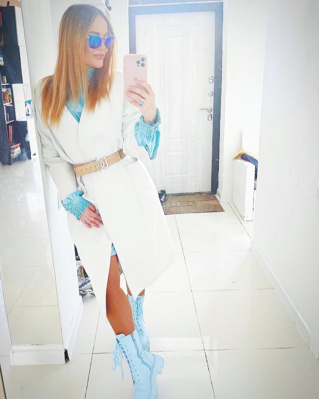 Рейтинг дня: Таня Терёшина выбрала для весенней прогулки белое пальто и голубые ботинки