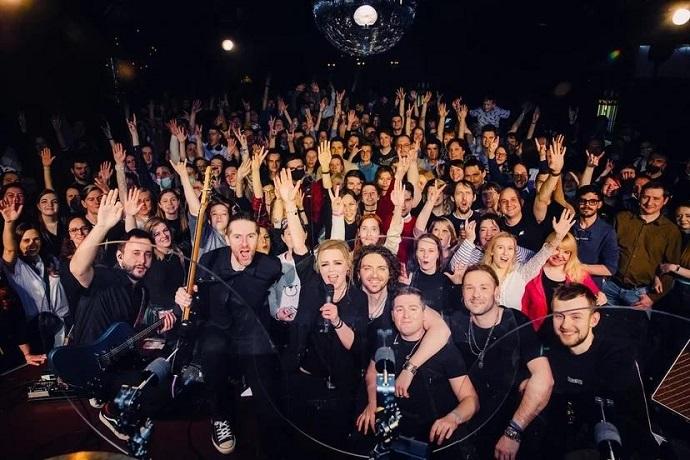 Разгоряченная фанатка оголила попу на концерте группы «Вельвет»