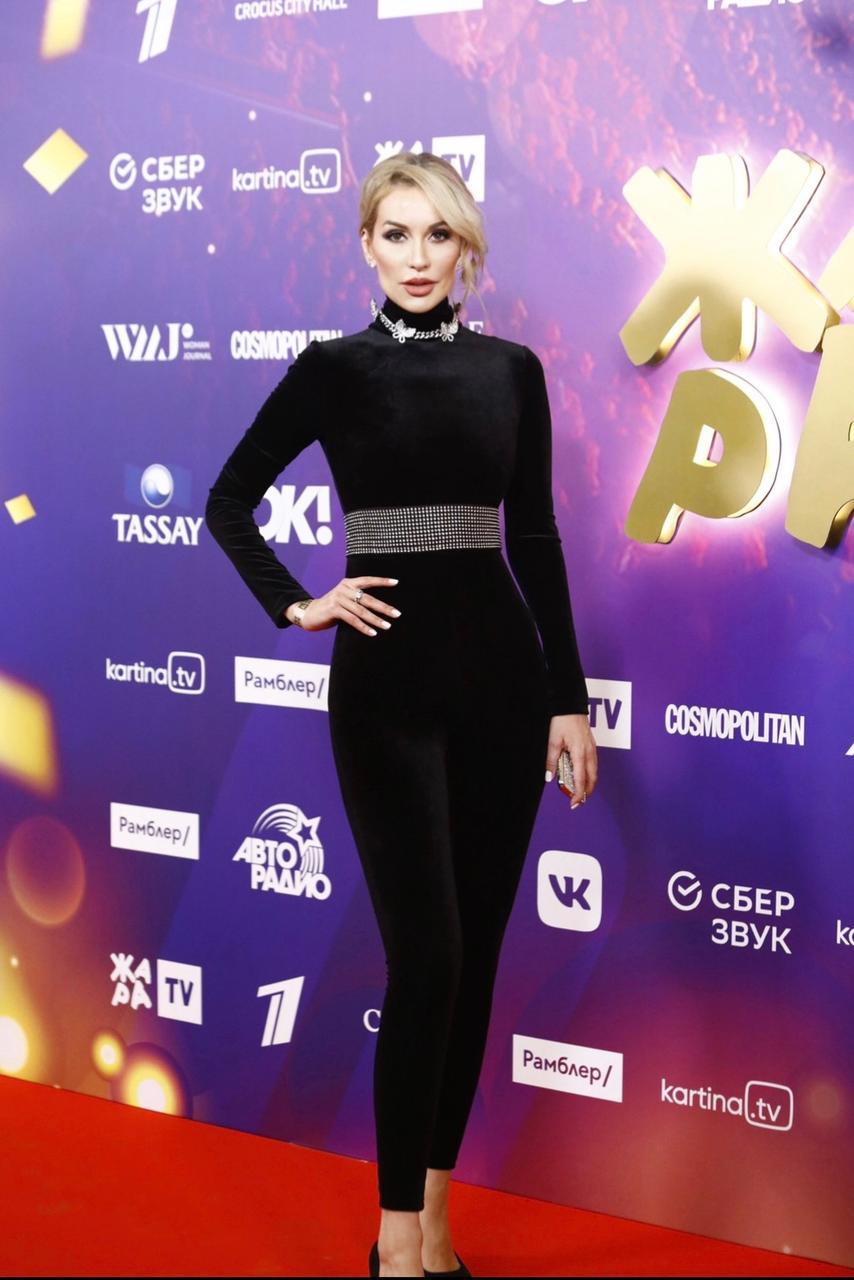 "Zivert, Tasha Belaya and Yulianna Karaulova demonstrated total black style at the ""Heat"" award"
