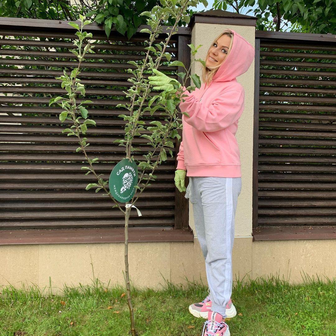 Ирина Салтыкова строит курятник для разведения птиц