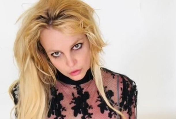 Бритни Спирс снялась в прозрачном леопардовом комбинезоне