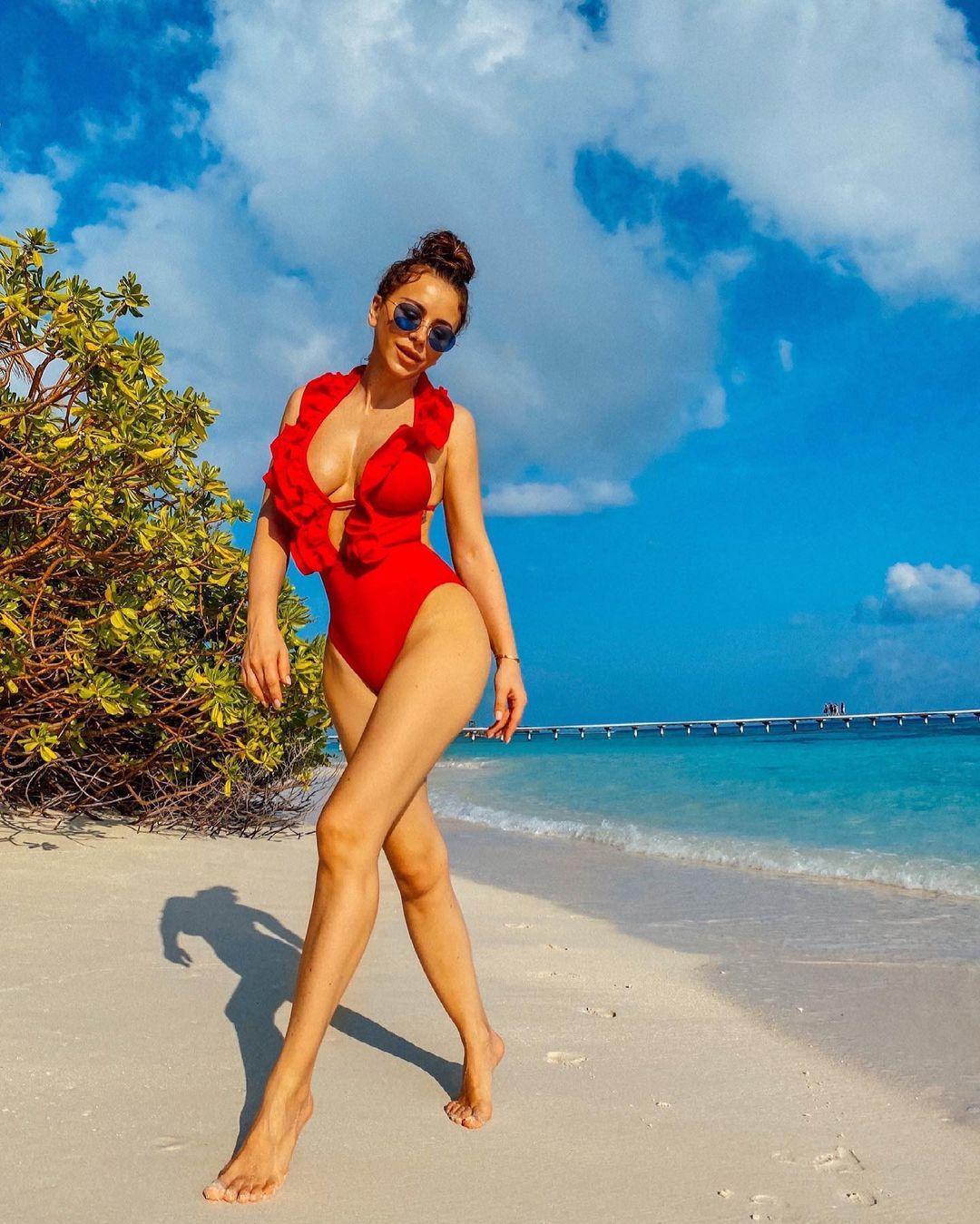 В Сети обсуждают фигуру Ани Лорак в красном купальнике