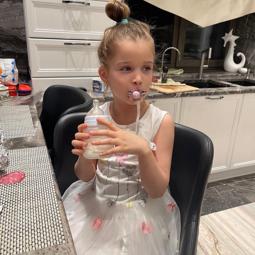 5-летняя дочь Ксении Бородиной все ещё сосёт соску и пьет из бутылочки