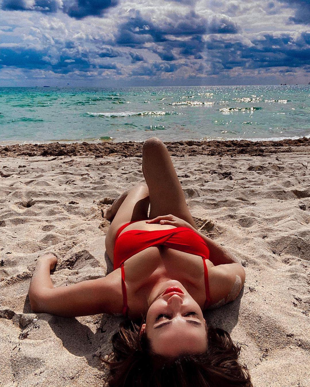 Анфиса Чехова опубликовала горячие фотографии в красном бикини на пляже