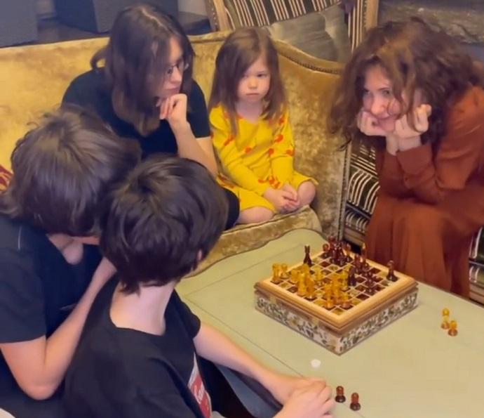 Екатерина Климова показала четырёх детей в необычной обстановке