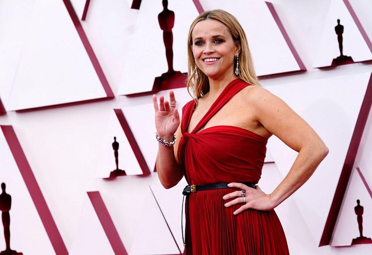"""Рейтинг дня: Риз Уизерспун выбрала красное платье в пол для премии """"Оскар"""""""