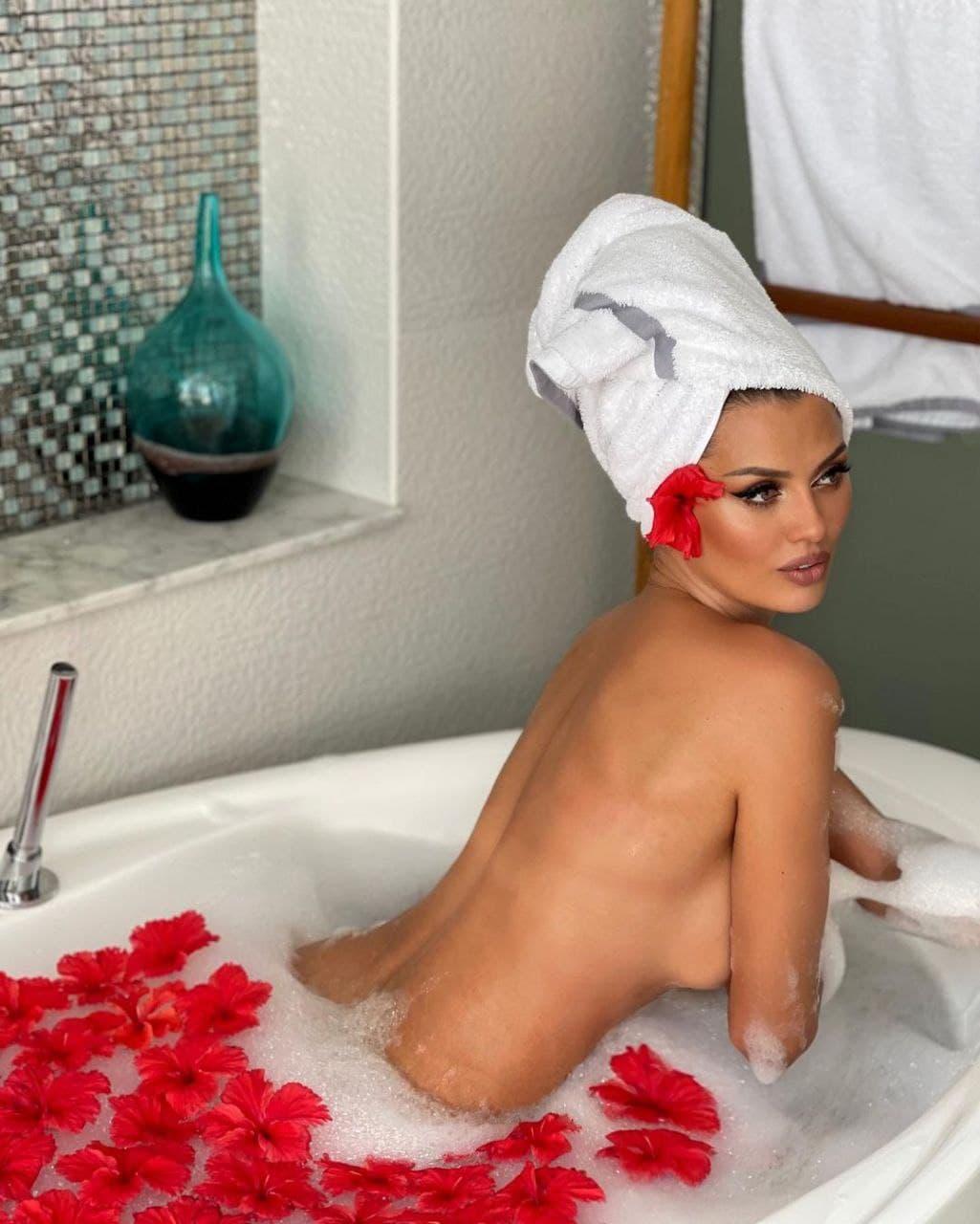 Голая Виктория Боня устроила эротический заплыв в ванной на Мальдивах