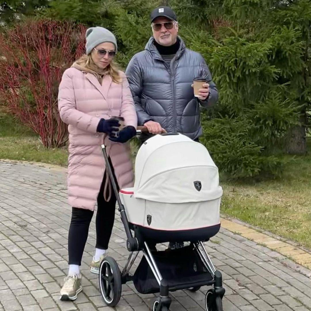 Валерий Меладзе и Альбина Джанабаева вышли на первую прогулку с дочерью