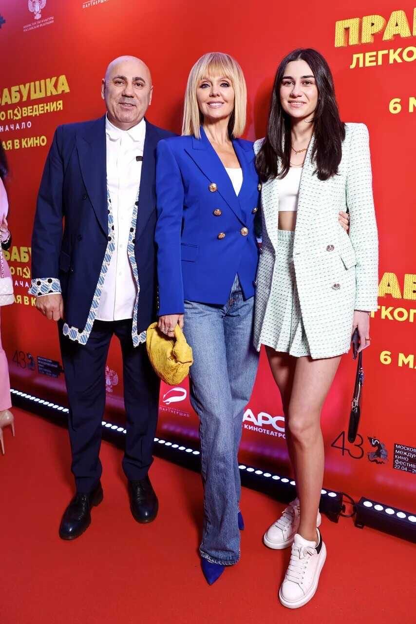 Валерия с падчерицей в супер-мини и Иосифом Пригожиным пришла на кинопремьеру