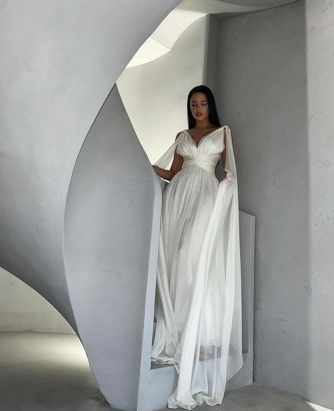 Anastasia Reshetova lit a rounded tummy