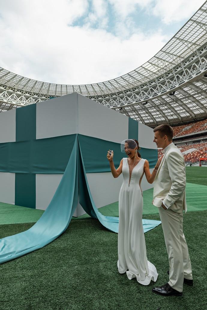 Businessman Artem Chekalin rented the entire Luzhniki stadium to present his wife Valeria Chekalina with a Letique Bentley