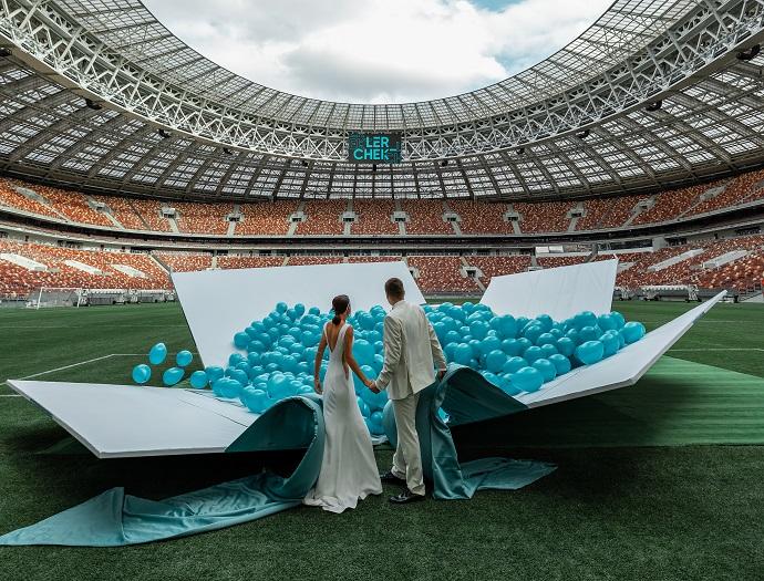 Бизнесмен Артем Чекалин арендовал весь стадион Лужники, чтобы вручить своей жене Валерии Чекалиной Bentley цвета Letique