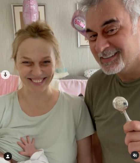 Уставшая Альбина Джанабаева показала, как кормит новорожденную дочь грудью