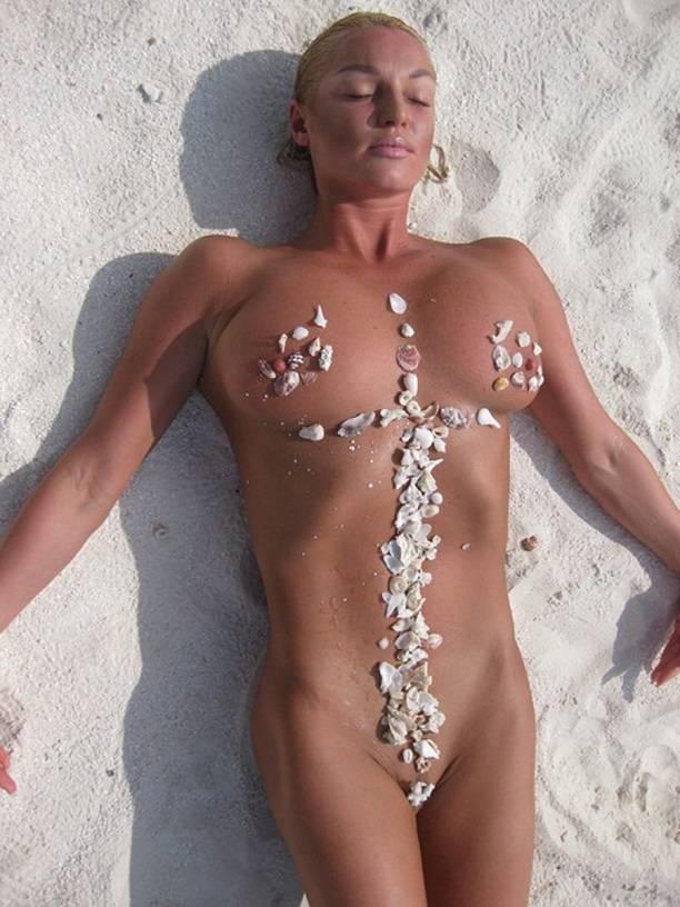 Как в старые добрые времена: Анастасия Волочкова вновь обнажила грудь на Мальдивах