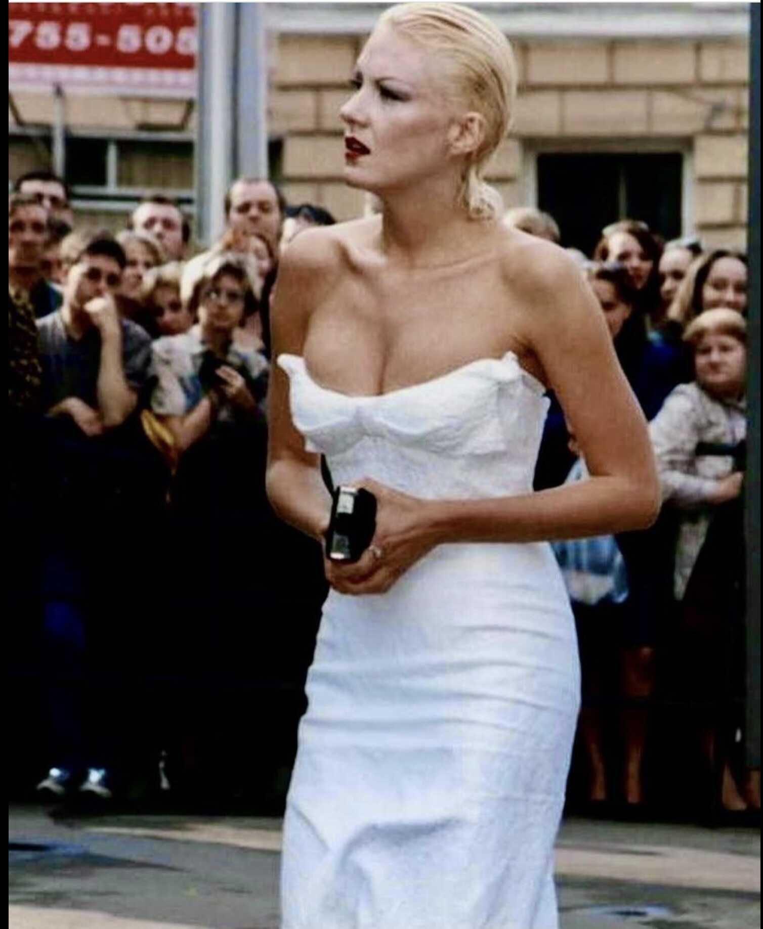 «Волосы просто помыла, платье купила на распродаже»: Рената Литвинова показала ретро-снимок 30-летней давности с Московского кинофестиваля
