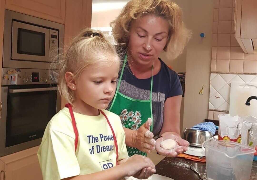 Симона Юнусова объяснила, почему не делится в блоге cнимками внука Ратмира, а также оправдалась за то, что дала внучке Алисе облизывать свои пальцы на ногах