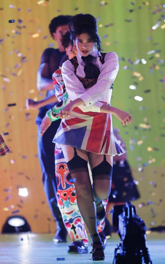 Дуа Липа засветила во время выступления свою попку в стрингах