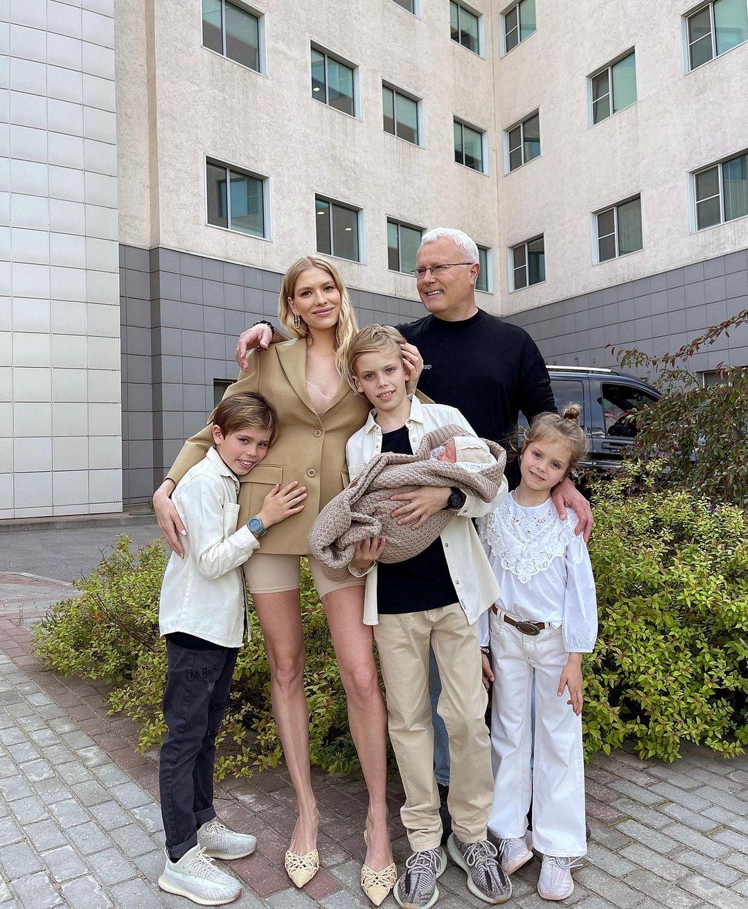 Елена Перминова опубликовала фото, сделанные во время выписки из роддома