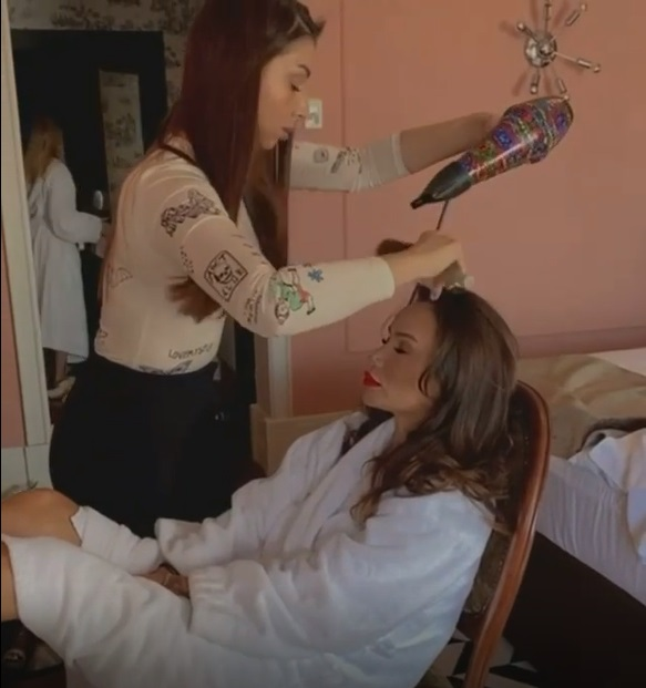 «Почему вы голая, когда вам голову моют?»: Айза Долматова поделилась роликом с водными процедурами перед стрижкой