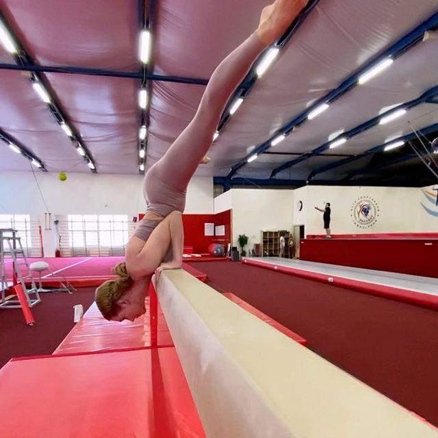 Кристина Асмус вновь удивила поклонников сложными акробатическими трюками