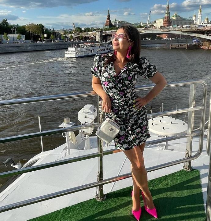 Рейтинг дня: Наташа Королёва в супер коротком платье отправилась на водную прогулку