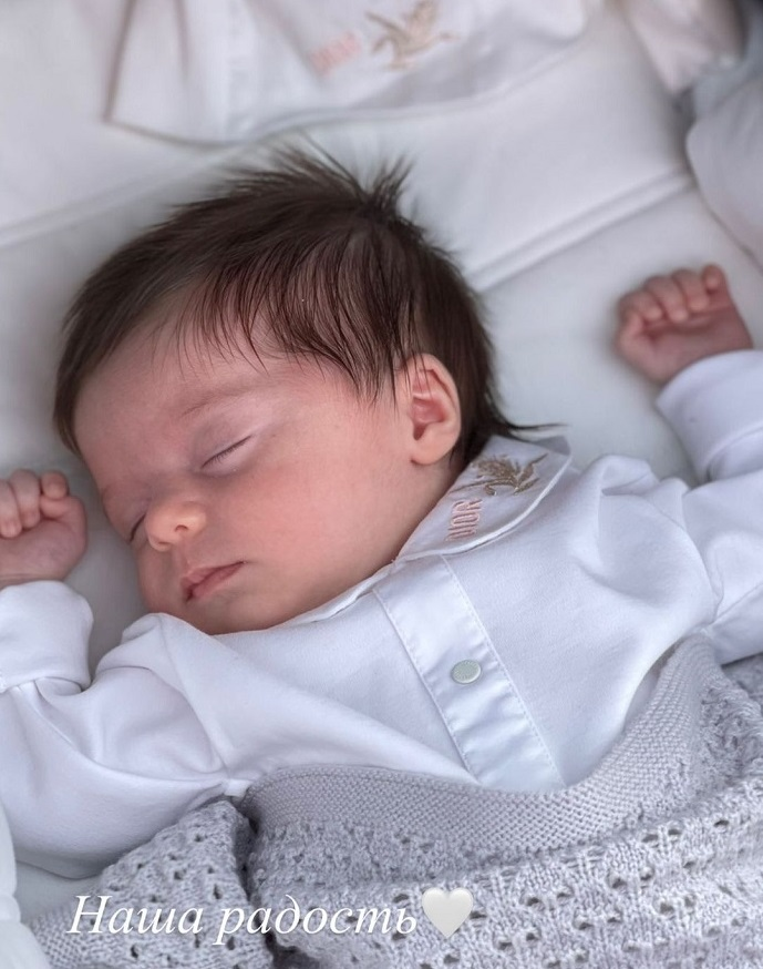 «Наша радость»: Алекса впервые показала личико дочери Адрианы без смайликов