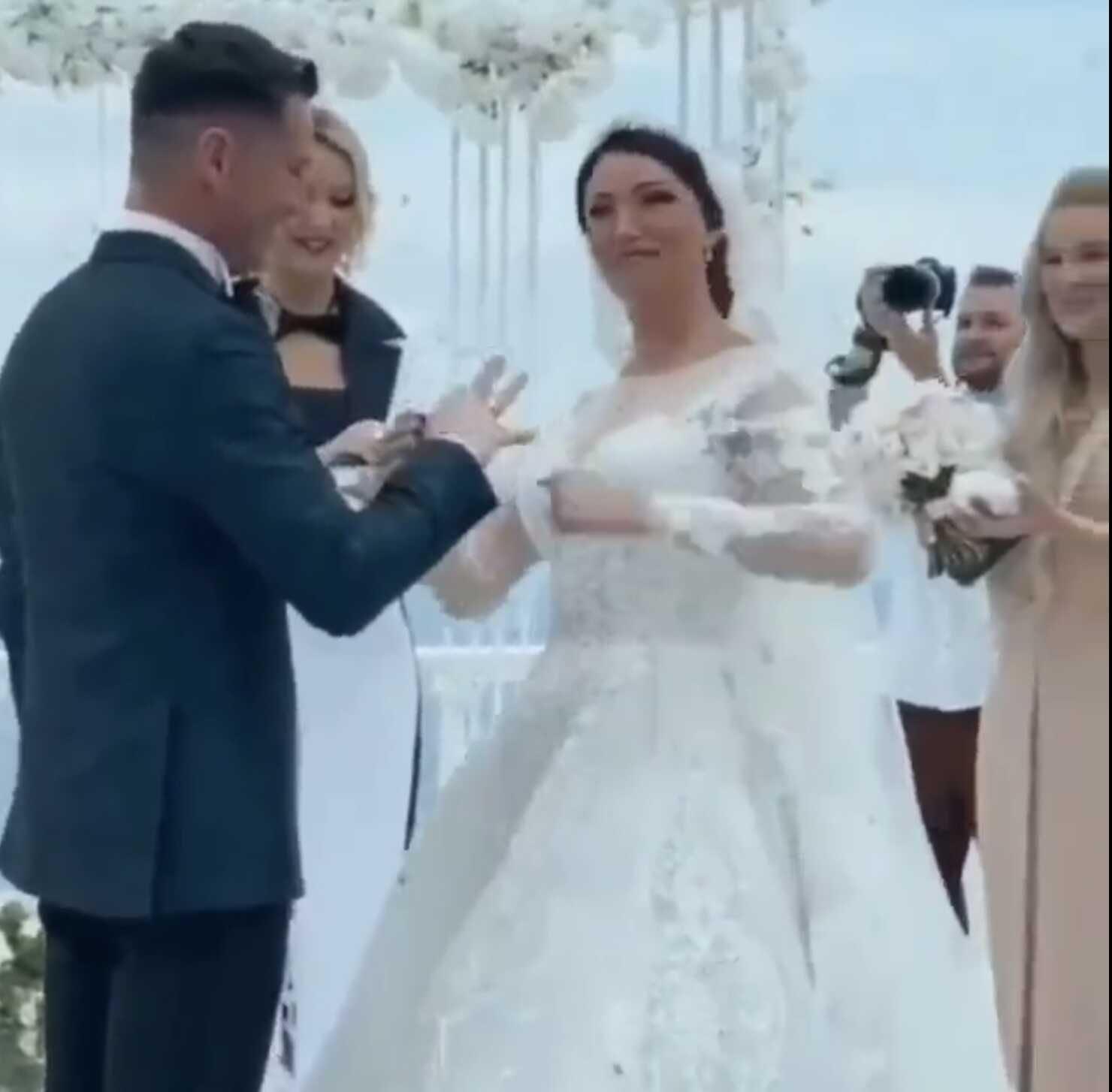 «Туго идёт»: Анастасия Макеева силой надела обручальное кольцо на Романа Малькова, взяв его палец в рот