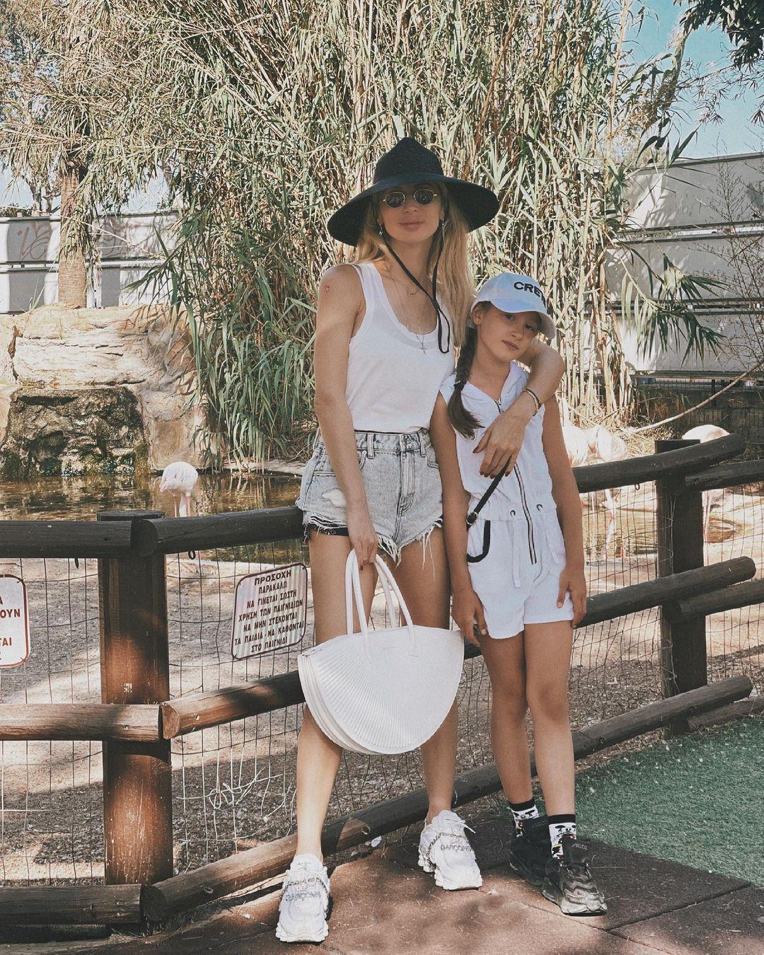 Рейтинг дня: Светлана Лобода в коротких шортиках отправилась на прогулку с дочками