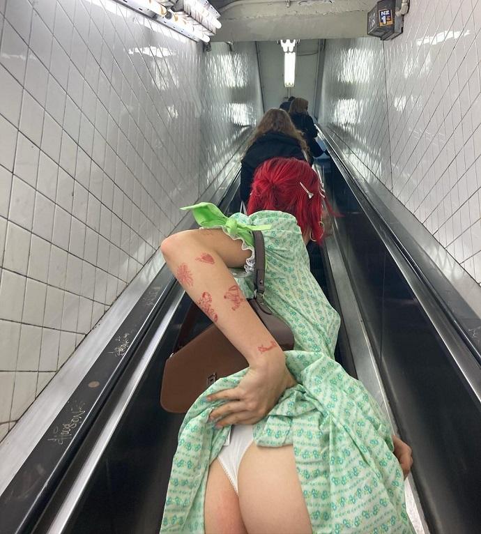 Расставшись со своим бойфрендом, дочь Иван Урганта Эрика стала показывать свою попу пассажирам метро