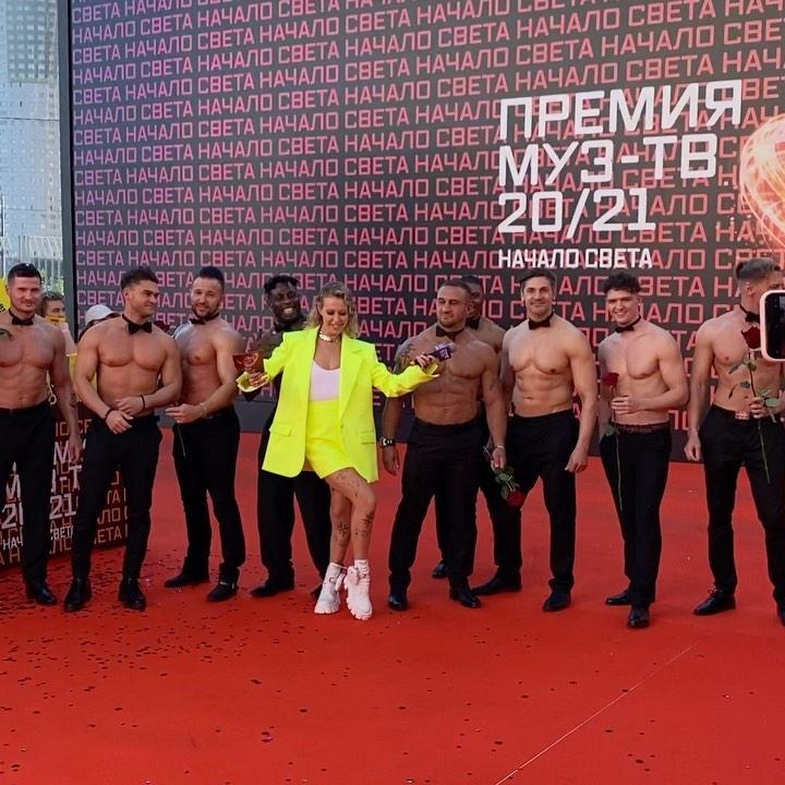 "Рейтинг дня: Ксения Собчак в кислотном костюме провела премию ""Муз-тв"""