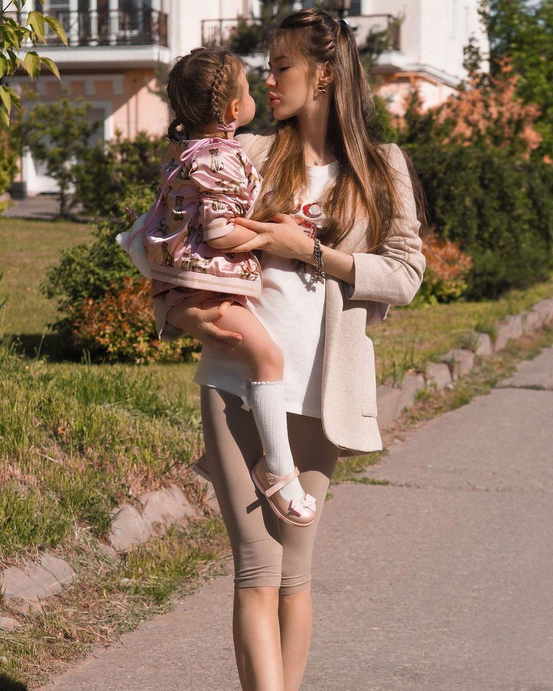 """""""Моё тело болит"""": Анастасия Костенко раскрыла менее радужную сторону третьей беременности"""