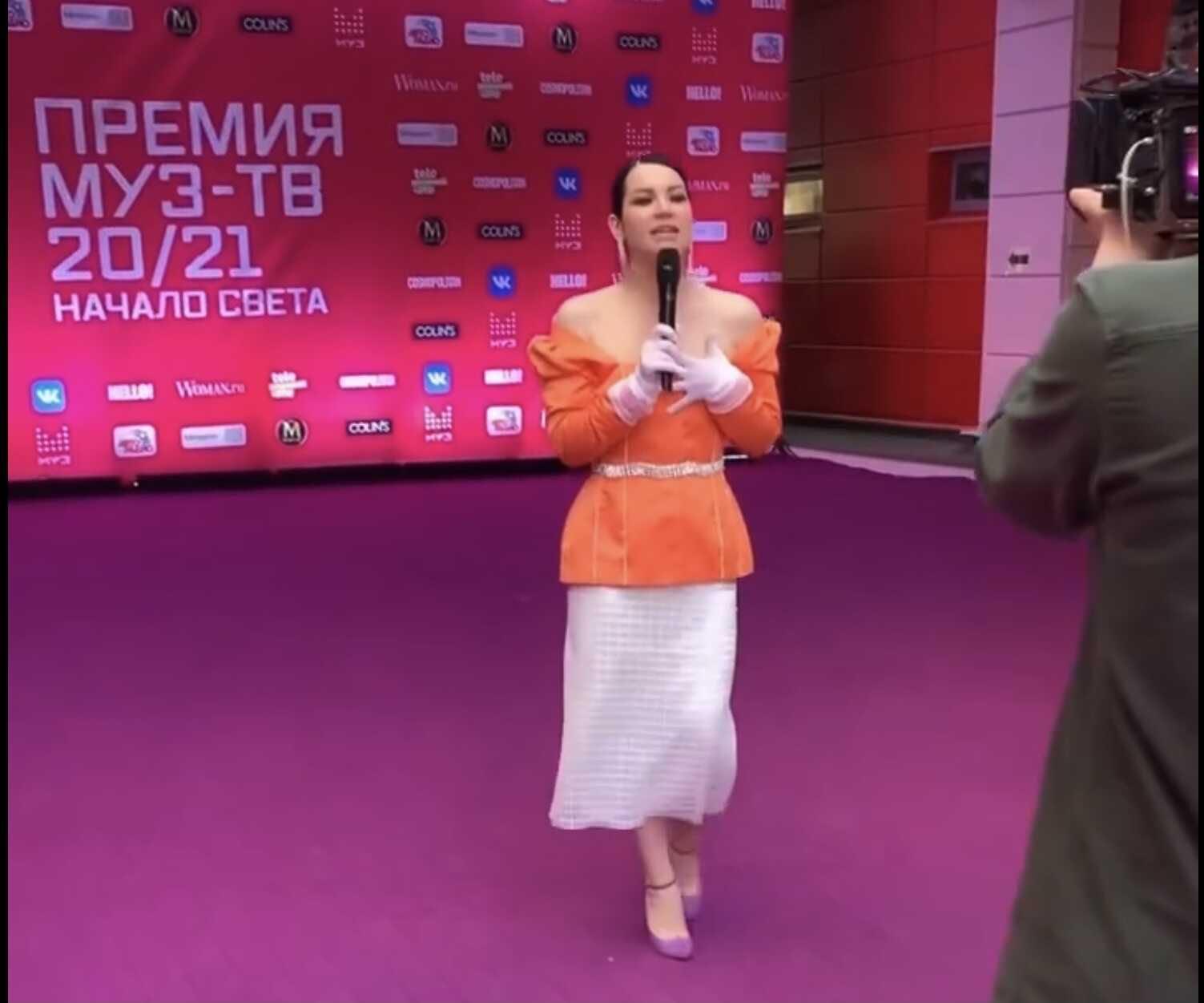 Одинокая Ида Галич прошлась по красной дорожке, демонстрируя обнаженную грудь