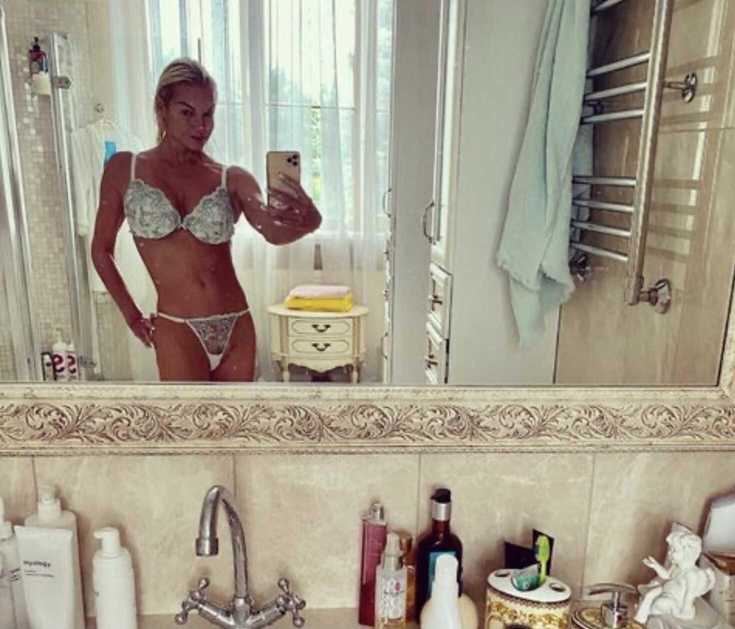 «Трусы наизнанку»: Анастасия Волочкова померила комплект нового нижнего белья
