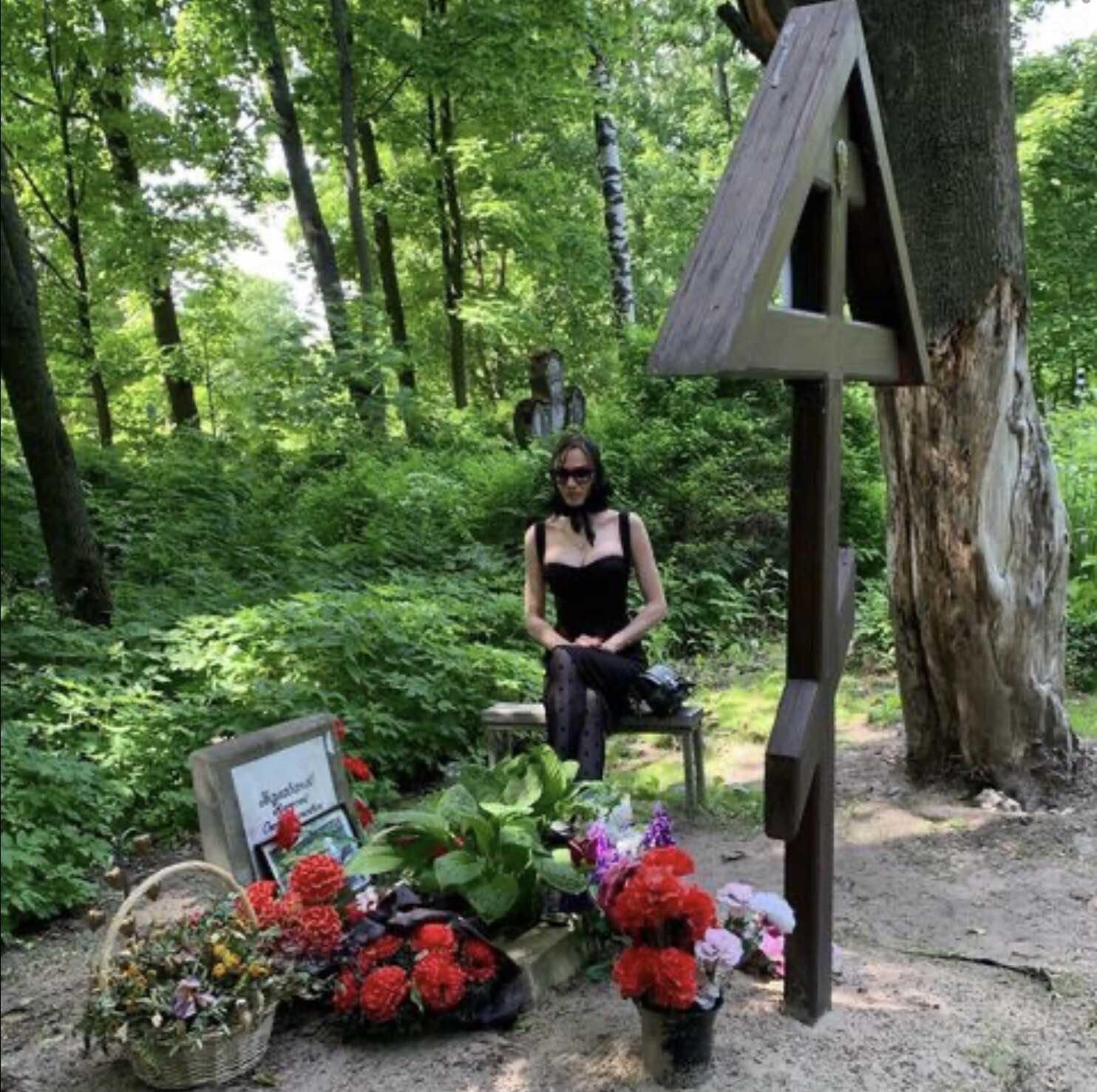 Алена Водонаева, надев траурный платок и оголив грудь, явилась на кладбище