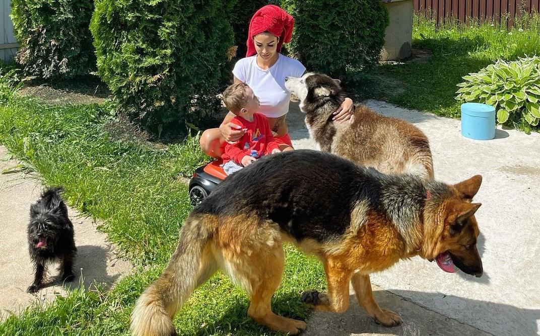 Саша Кабаева с сыном Демидом отдохнула на даче с родителями нового возлюбленного