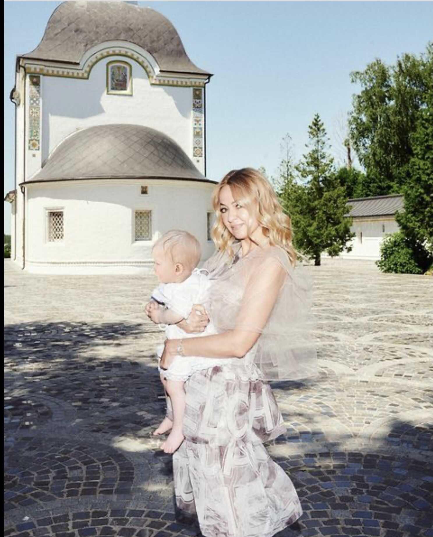 «Танцы до упаду»: Яна Рудковская показала кадры с крещения сына и последующей веселой пирушки