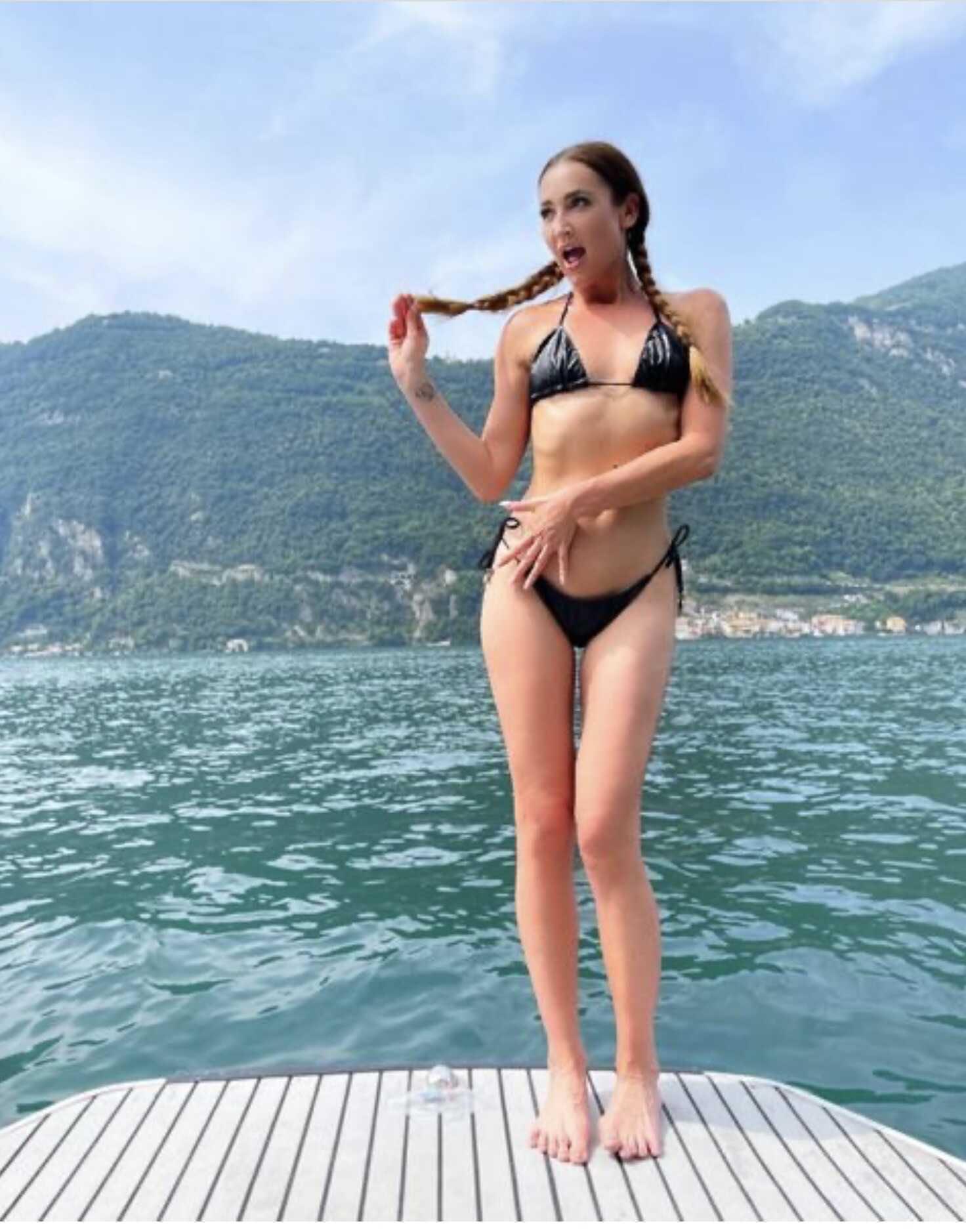 «Рот на замок»: Ольга Бузова в откровенном бикини пожаловалась на лишний вес, прикрывая живот