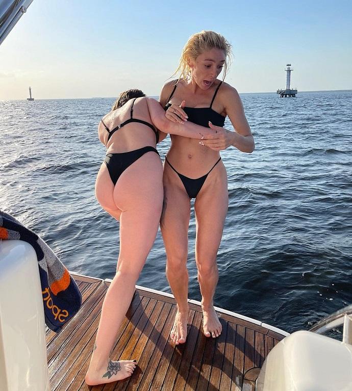 «Какие попки»: Настя Ивлеева с подружкой порезвились в бикини во время прогулки на катере