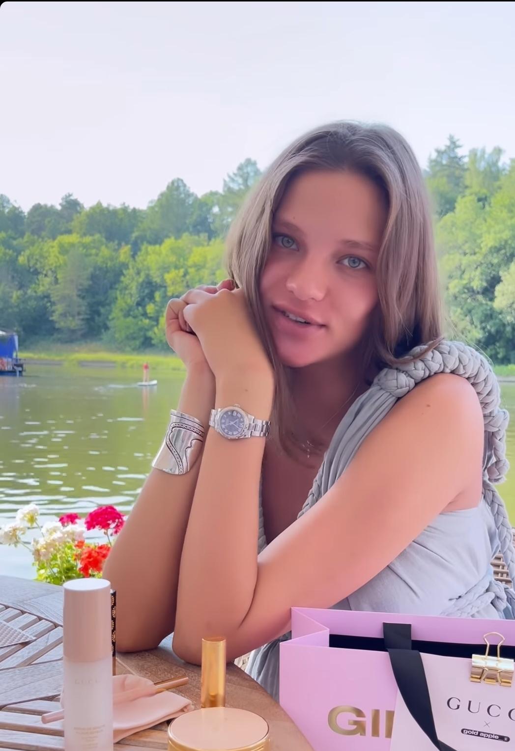 Лесю Кафельникову засняли в яхт-клубе Подмосковья. Она совсем не похожа на себя