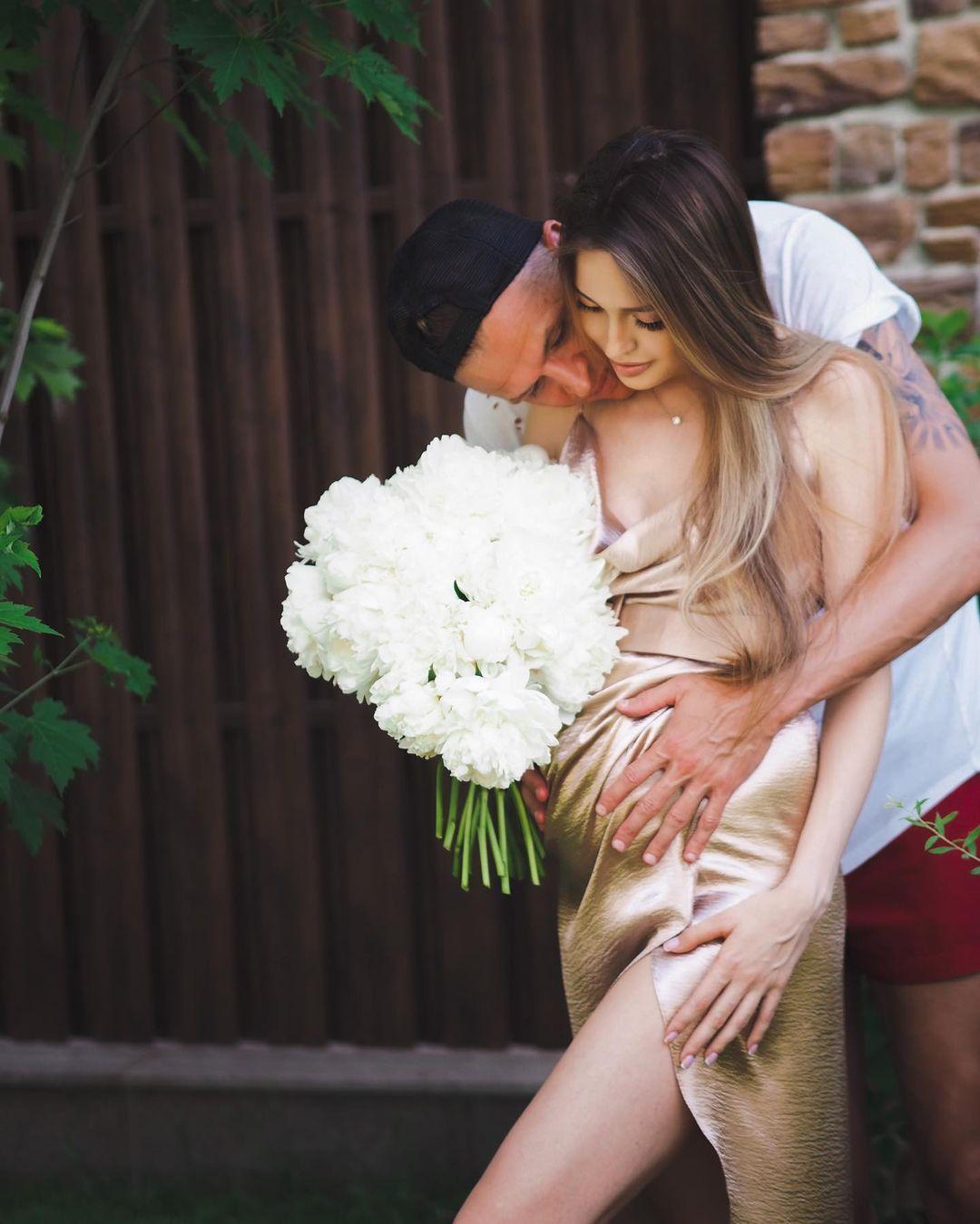 """Анастасия Костенко отметила """"экватор"""" беременности фотосессией с мужем и рассказала, страшно ли рожать"""