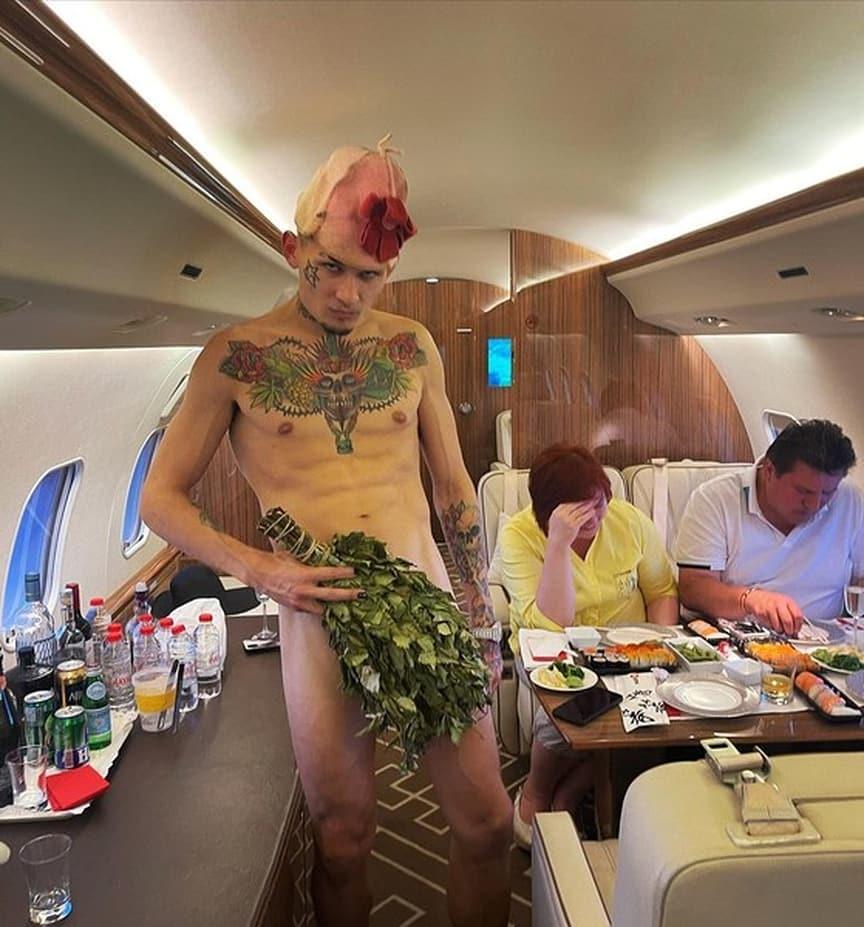"""Голый Моргенштерн сверкнул """"причиндалами"""" перед родителями невесты на борту частного самолета"""