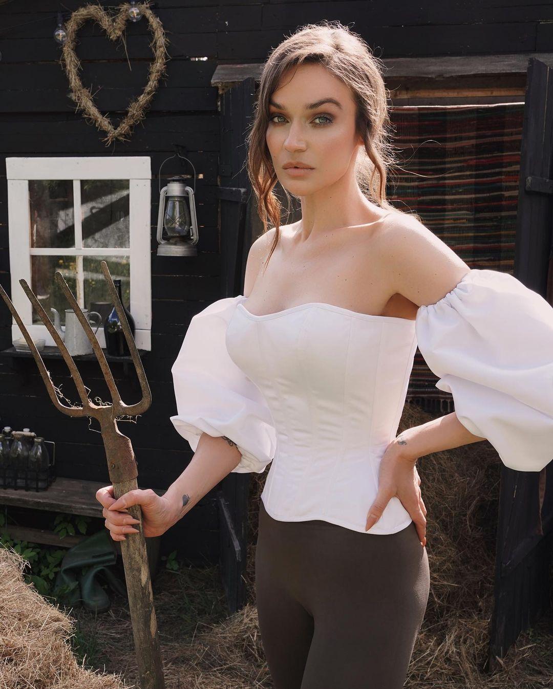 Алёна Водонаева устроила эротическую фотосессию в деревне