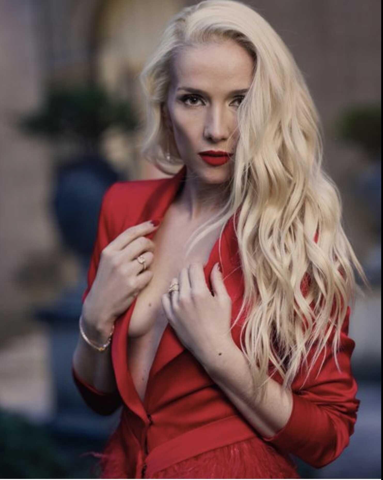 «Вот это поворот!»: Наталья Орейро, в пиджаке на голое тело, предстала с новым цветом волос