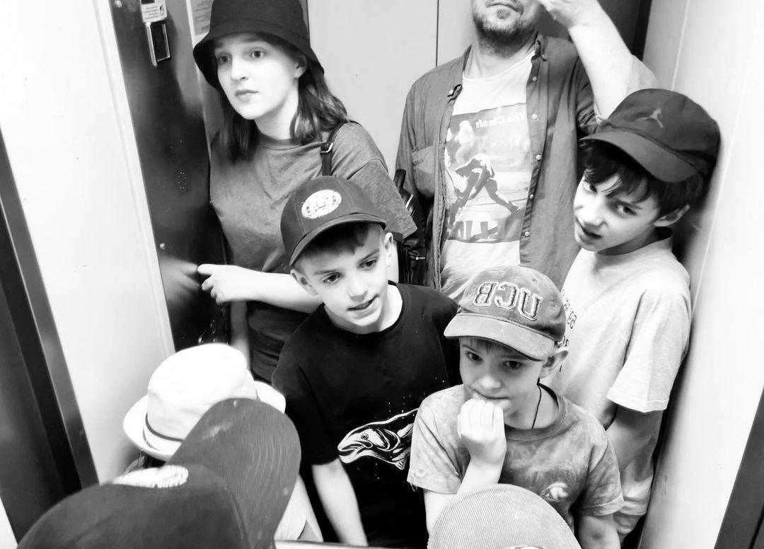 Евгений Цыганов показал селфи с пятью детьми от Ирины Леоновой