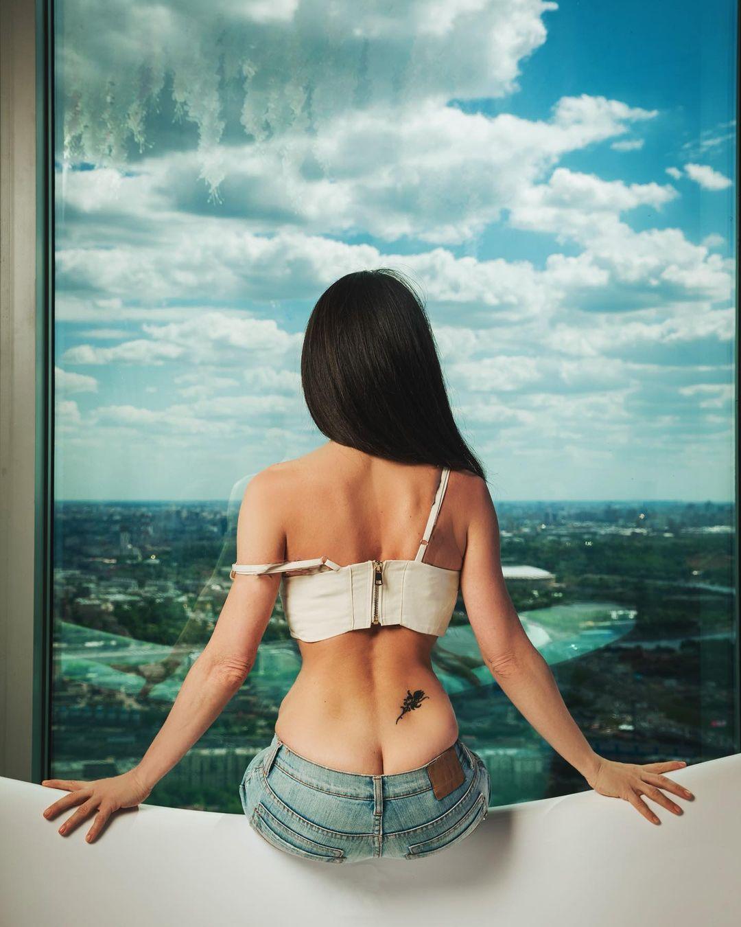 Анна Плетнёва отметила день вакцинации фотографией топлесс
