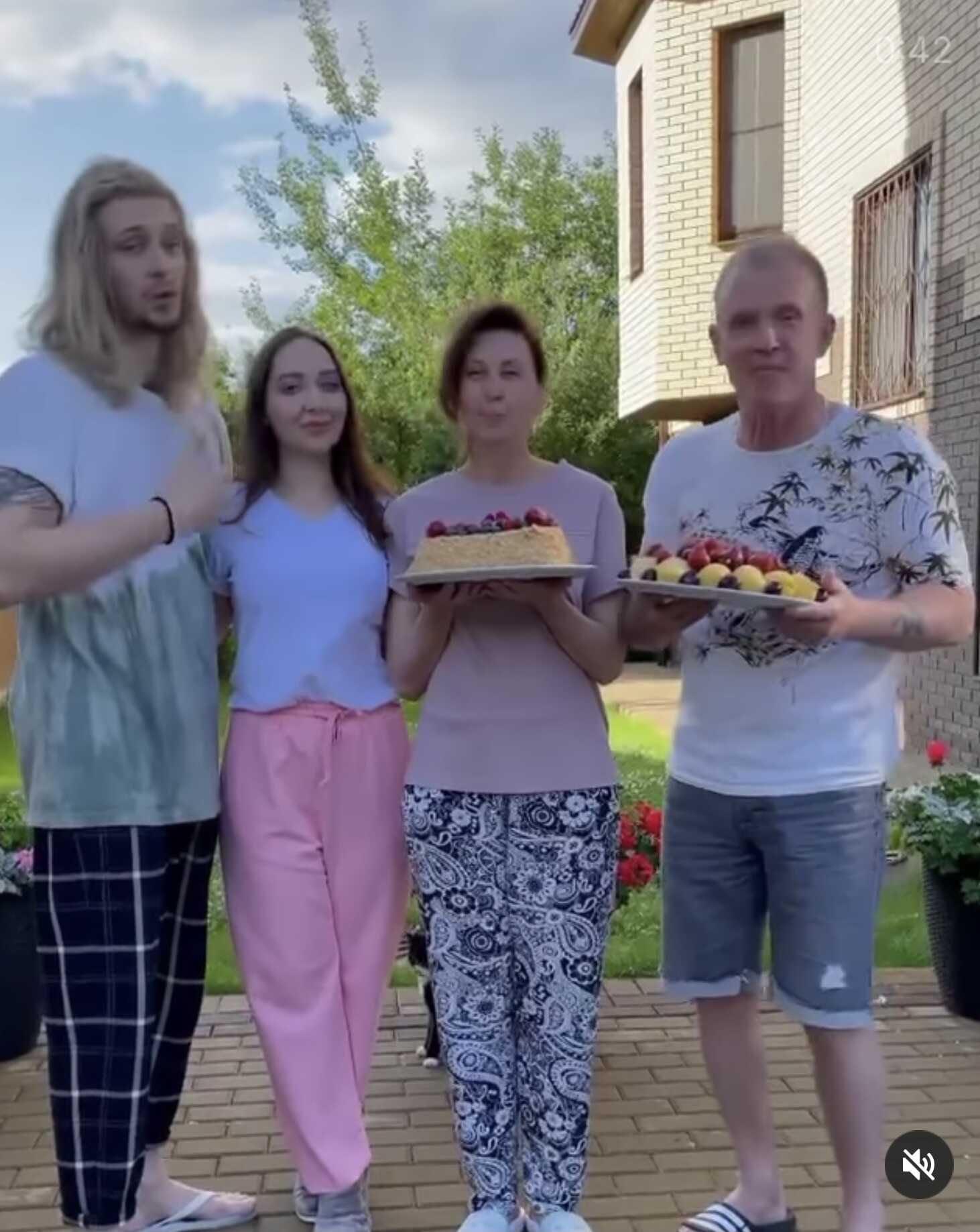«Нас не пускают в дом»: Виктор Рыбин и Наталья Сенчукова пришли на новоселье к сыну и его невесте