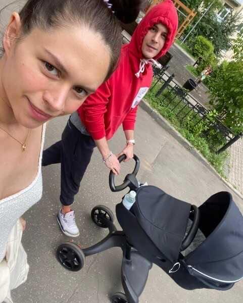 Диана Пожарская, через две недели после родов, вышла на прогулку в мини-платье
