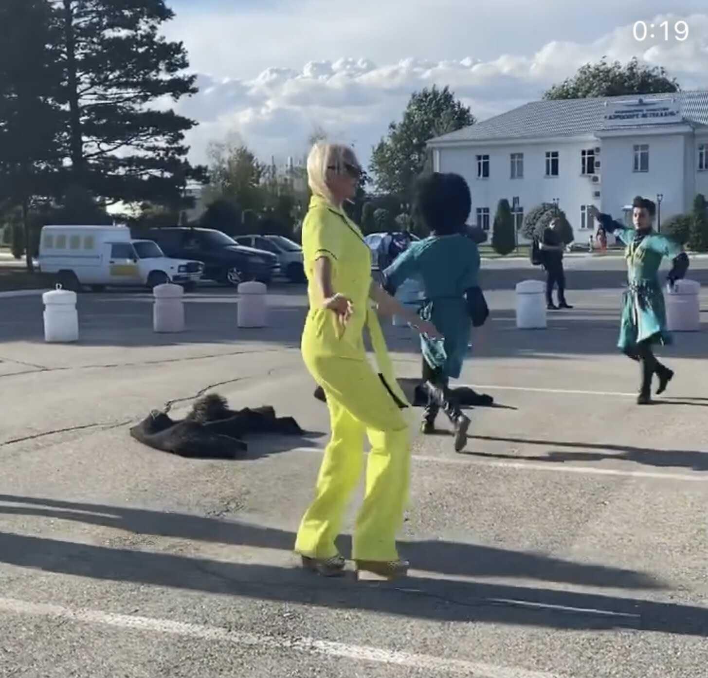 Анастасия Волочкова в рваных башмаках отплясывала лезгинку посреди улицы