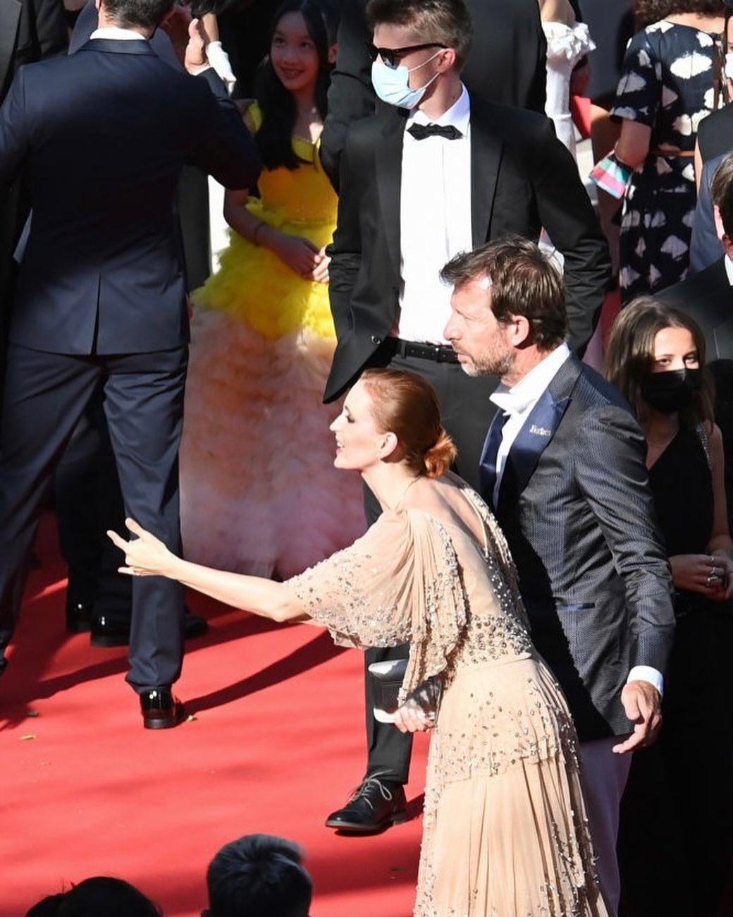 Актриса Агата Максимова на красной ковровой дорожке Каннского кинофестиваля в компании своего нового молодого человека - основателя Forbes Франция